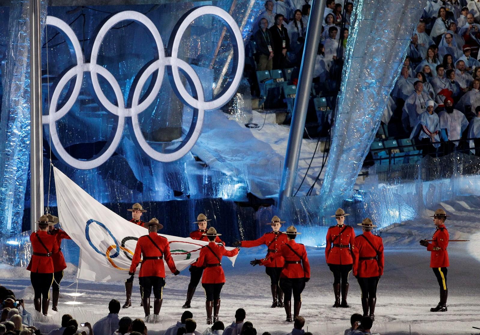 Фото спортсмен зажигает олимпийский огонь ванкувер 3