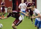 Latvijas U18 izlase minimāli zaudē krieviem un saglabā labas izredzes iekļūt 1/4 finālā
