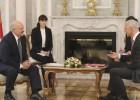 Kariņš uzdāvina Lukašenko Latvijas izlases kreklu un apspriež 2021. gada PČ rīkošanu