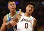 """Porziņģis met pāri Deivisam, """"Mavericks"""" pārtrauc """"Lakers"""" desmit uzvaru sēriju"""
