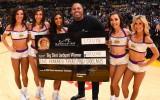 "Video: ""Lakers"" fans iemet no centra un laimē 100 000 dolāru"
