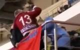 Video: Bērnu hokejā vecāki aktīvi kaujas tribīnēs