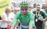 """""""Tour de France"""" zvaigzne, braucot kalnā, skrienošam fanam sniedz autogrāfu"""