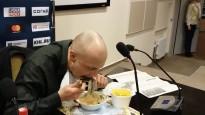 Žurnālists tur solījumu un apēd avīzi