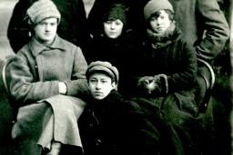 """Ziemassvētku kaujām -100 Aleksandra Čaka poēmas """"Mūžības skartie"""" nakts lasījumu maratons"""