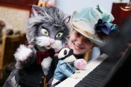"""Runcis Alberts aicina bērnus uz muzikālu uzvedumu  muzejā """"Rīgas Jūgendstila centrs"""""""