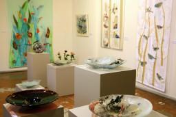 """Mākslas galerijā """"Durvis"""" skatāms Ivetas Liepiņas tekstils, Baibas Briedes un Agneses Gedules stikls"""