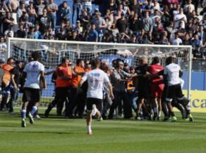 Lionas trakā nedēļa: fani un <i>stjuarts</i> divreiz uzbrūk futbolistiem, spēli atceļ