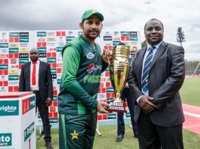 Indija pārspēj Angliju, Pakistāna uzvar Triju nāciju kausā
