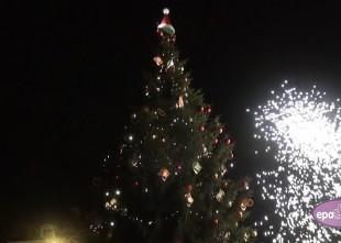 Video: Krāšņi iedegta galvenā Rīgas egle un atklāts Ziemassvētku tirdziņš