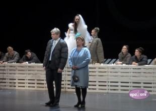 Video: KRIETNAIS CILVĒKS NO SEČUĀNAS Rīgas Krievu teātrī