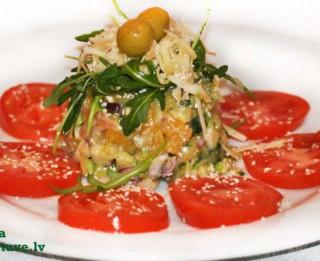 Svaigie laša un dārzeņu salāti ar sezamu