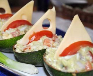 Avokado salātu laiviņas ar siera burām