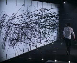 """Tapusi izstāde par Artūra Virtmaņa un Danielas Vētras  performanci """"Pret traģisko sienu"""" Rīgas mākslas telpā"""