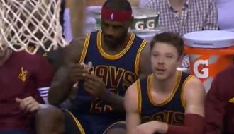 Video: Lebrons Džeimss spēles vidū apsēžas uz rezervistu soliņa