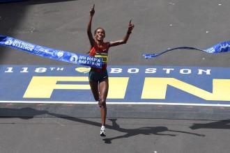 Trīskārtējā Bostonas maratona uzvarētāja Jeptū diskvalificēta uz diviem gadiem