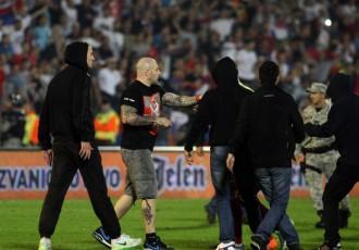 Foto: Futbolisti un līdzjutēji izraisa plašas nekārtības Serbijas un Albānijas mačā