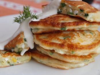 Gardās pirmdienas brokastis: pankūkas ar zaļumiem un olu