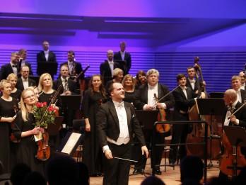 Atvara Lakstīgalas pēdējais LSO koncerts galvenā diriģenta godā