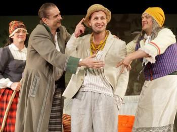 """Video: 1. aprīlī Dailes teātris piedāvā joku lugu """"Preilenīte"""". Izrādes fragmenti"""