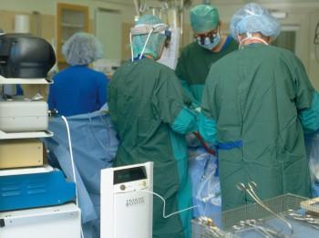 Ķirurgi Rīgā sāk izmantot līmi no pašu pacientu asinīm