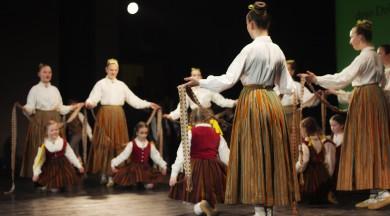 """Aicina pieteikties 15. Bērnu tautas deju svētkiem  """"Pilna sauja dzintariņu"""""""