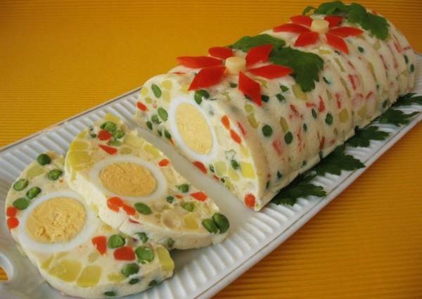 Sāļā gaļas salātu rulete želejā