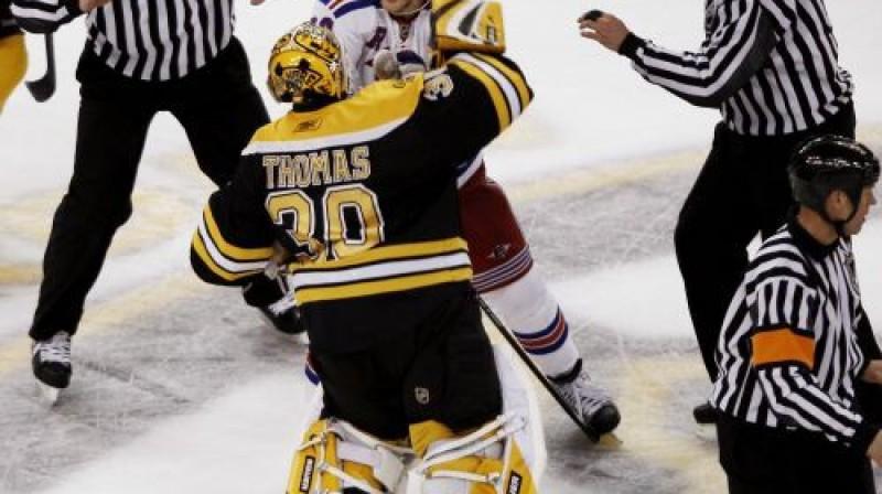 ''Bruins'' vārtsargs Tims Tomass un Fredriks Sjostroms Foto: AP