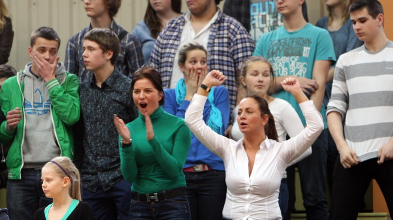 Rīgas 49. vidusskolas sporta zāles tribīnēs dažādas emocijas pēc mājinieku izstāšanās no cīņas par trešo čempionu titulu trijos gados Foto: Renārs Buivids
