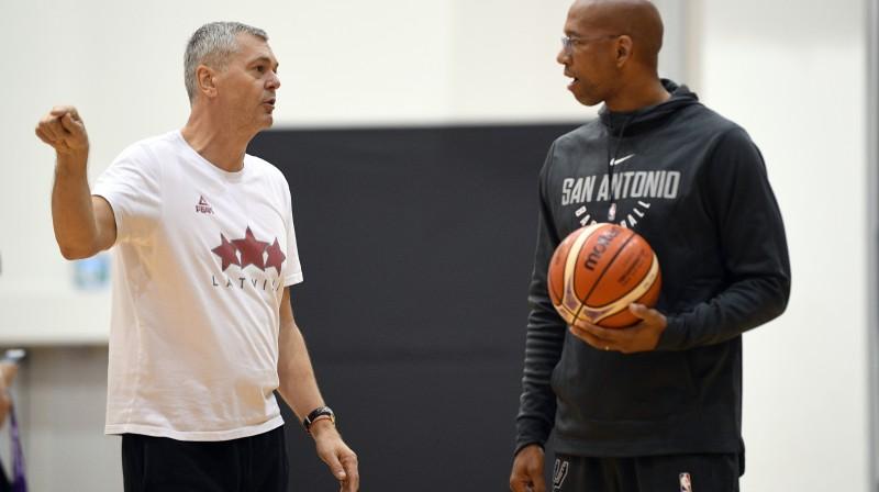"""Ainars Bagatskis un """"Spurs"""" viceprezidents basketbola jautājumos Montijs Viljamss Latvijas izlases treniņā Stambulā  Foto: Romāns Kokšarovs, Sporta Avīze, f64"""