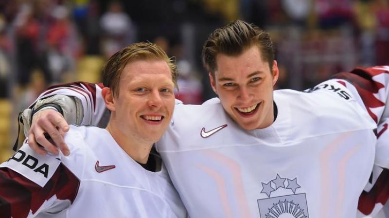 Ronalds Ķēniņš un Elvis Merzļikins Foto: IIHF