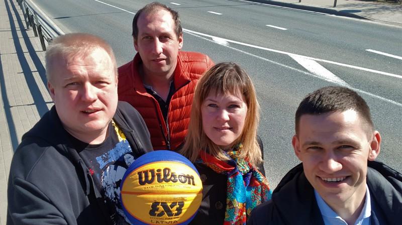 """""""A7 tūres"""" 3x3 basketbolā izveidotāji (no kreisās) - Renārs Buivids, Voldemārs Pārums, Līga Rimševica un Andris Petrovs - pie A7 šosejas Publicitātes foto"""