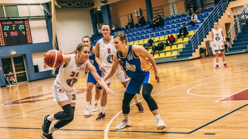 Diāna Dude un Alise Karlsone spēlē pret Saldu. Foto: basket.lv