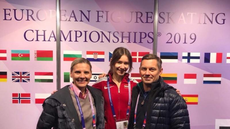 """Kristal Ice"" kluba vadītāja Olga Kovaļkova, daiļslidotāja Elizabete Jubkāne, treneris Raimo Reinsalu (Igaunija). Foto: kristalice.lv"