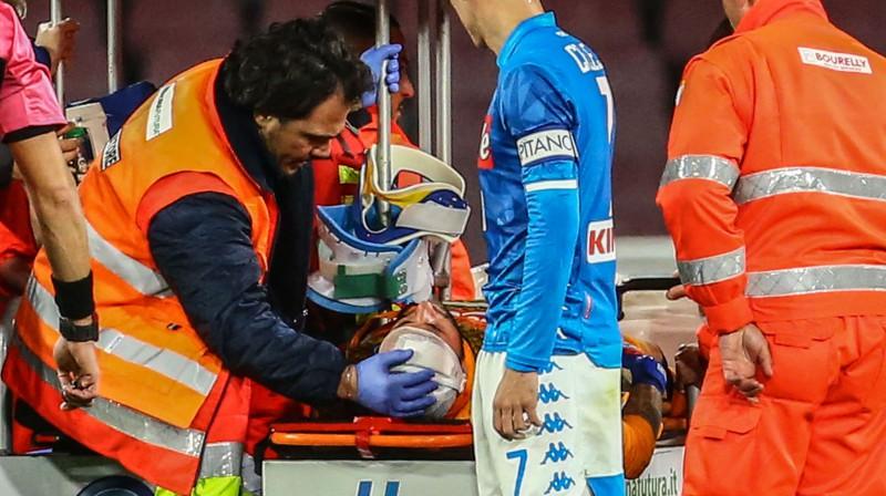 """""""Napoli"""" vārtsargs Davids Ospina saņem medicīnisko palīdzību pēc sabrukšanas Itālijas A sērijas spēlē. Foto: AFP/Scanpix"""