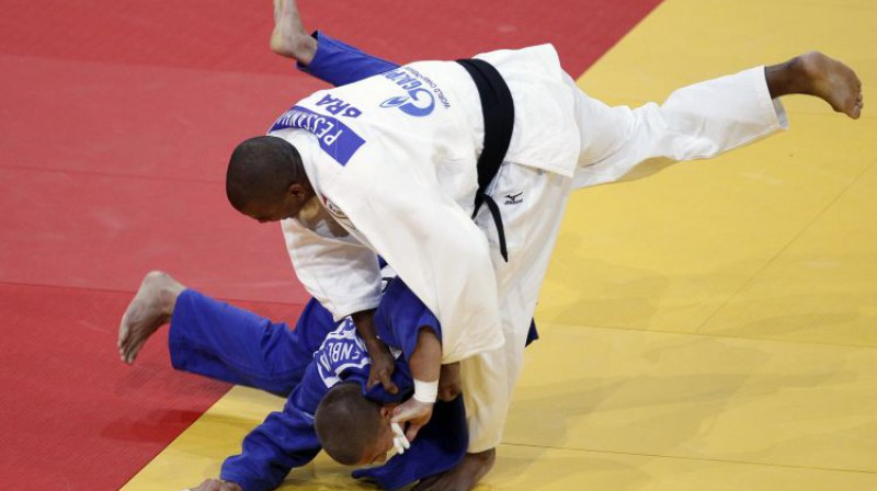 Aigars Mīlenbergs (zilajā formā) pirms vairākiem gadiem pasaules čempionātā Francijā. Foto: Reuters/Scanpix