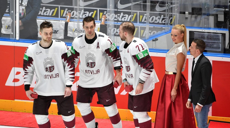 No kreisās: Teodors Bļugers, Kristaps Sotnieks un Roberts Bukarts. Foto: Romāns Kokšarovs/F64
