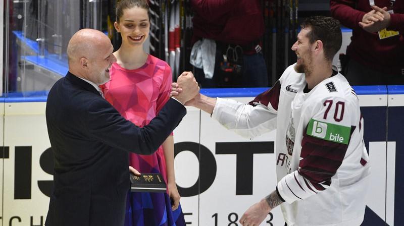 Miks Indrašis pēc uzvaras pār Norvēģiju saņem apsveikumus no LHF ģenerālsekretāra Viestura Koziola. Foto: Romāns Kokšarovs/f64