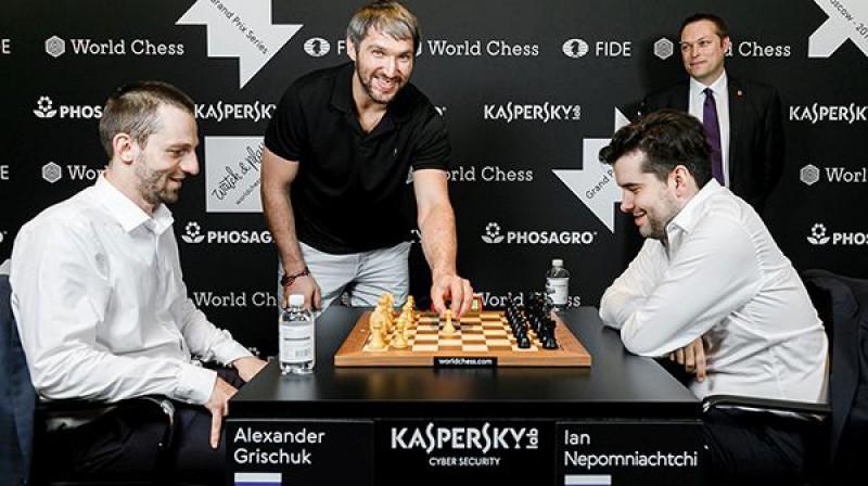 Aleksandrs Ovečkins veic simbolisko pirmo gājienu Jana Ņepomņaščija un Aleksandra Griščuka cīņā. Foto: FIDE