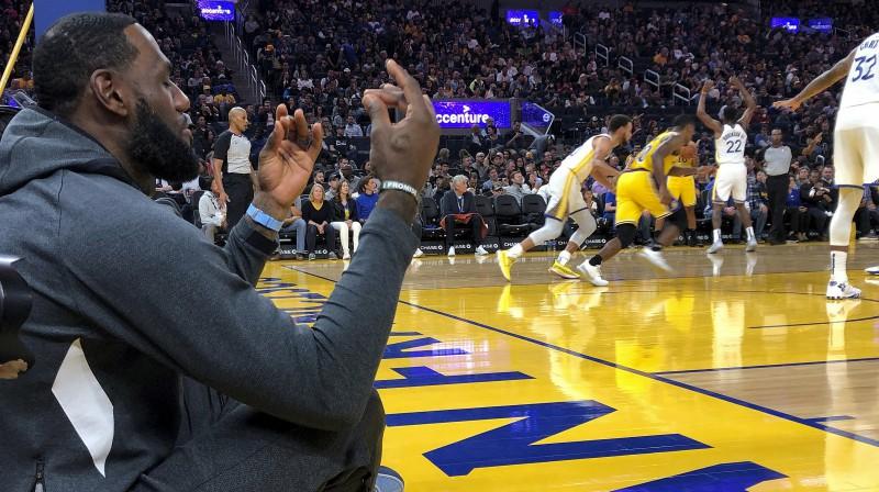 """Lebrons Džeimss no laukuma malas noraugās Losandželosas """"Lakers"""" spēli pret Goldensteitas """"Warriors"""". Foto: AP/Scanpix"""