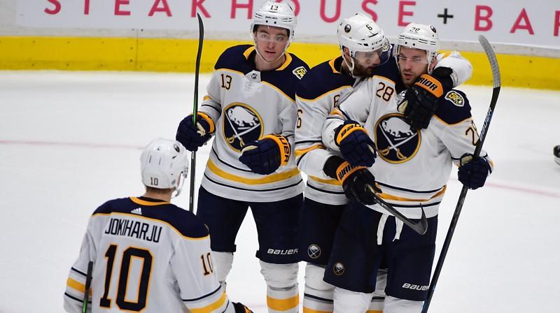 """Bufalo """"Sabres"""" hokejisti apsveic Zemgu Girgensonu (Nr. 28). Foto: Anne-Marie Sorvin/USA Today Sports/Scanpix"""
