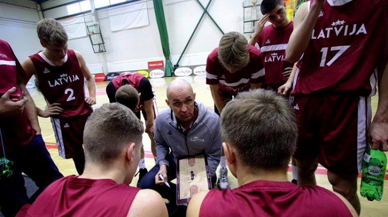 Latvijas U16 izlase un galvenais treneris Agris Galvanovskis. Foto: Siim Semiskar, basket.ee