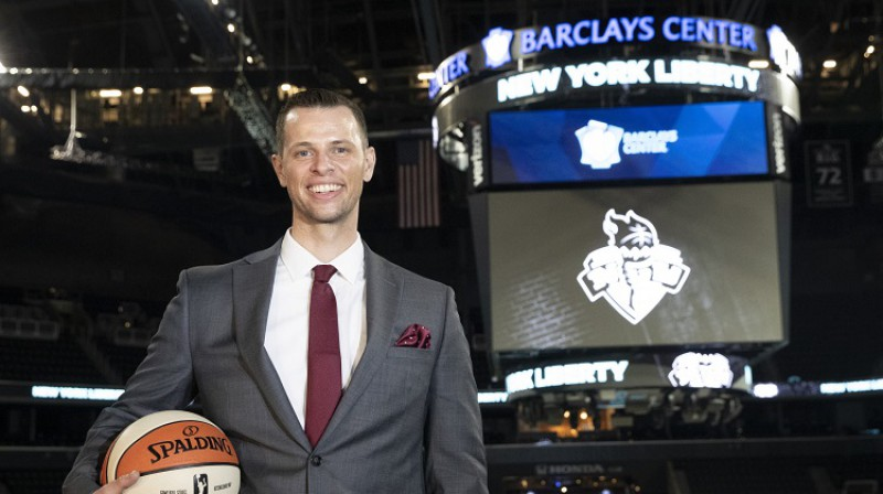 """New York Liberty"" jaunais treneris Volts Hopkinss 2020. gada 8. janvārī ""Barclays Center"". Foto: AP/Scanpix"