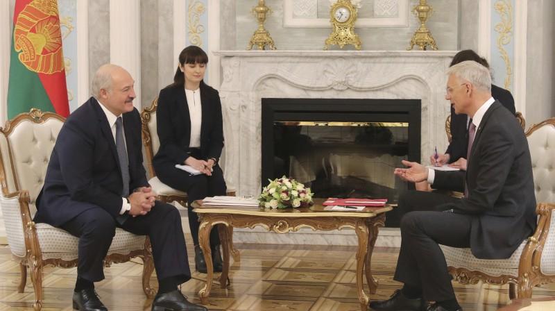 Aleksandrs Lukašenko un Krišjānis Kariņš. Foto: AP/Scanpix