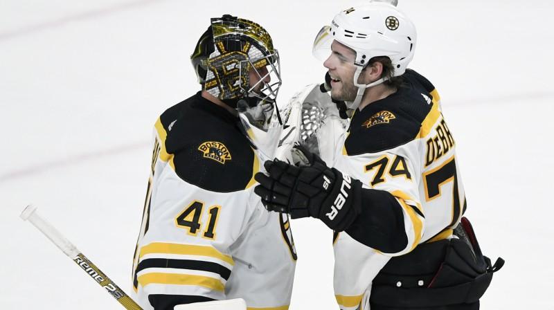 """Bostonas """"Bruins"""" vārtsargs Jaroslavs Halāks un uzbrucējs Džeiks Debrasks. Foto: Hannah Foslien/AP/Scanpix"""