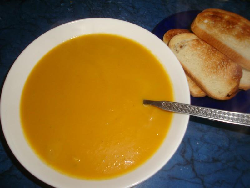 Lēti un garšīgi- zirņu zupa ar baltmaizes grauzdiņiem