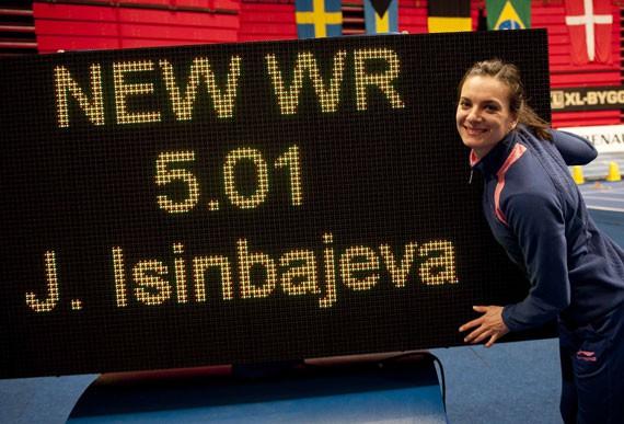 Isinbajeva Stokholmā labo pasaules rekordu telpās – 5.01 metrs