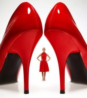 Sieviete uz papēžiem, vīrietis zem papēža