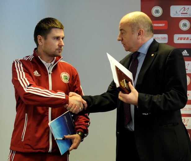 Starkovs atkāpjas, Pahars kļūst par izlases galveno treneri
