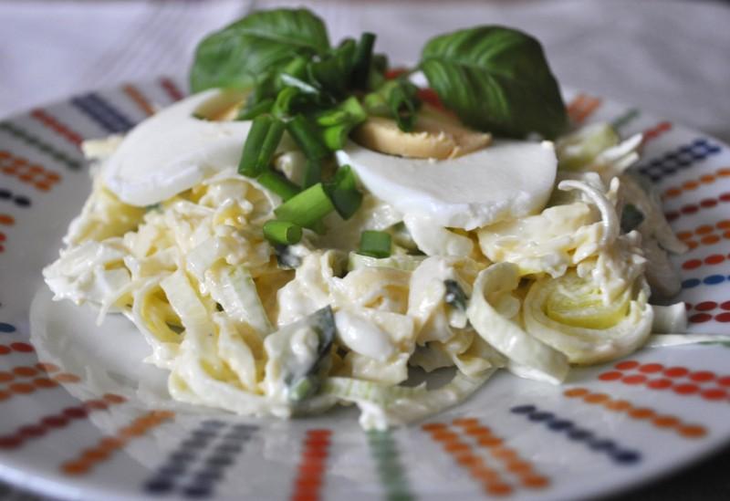 Svaigu puravu un siera salāti ar olu